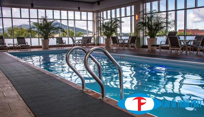 Thảm cao su giúp chống trơn trượt ở hồ bơi